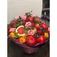"""Букет из фруктов """"Праздничный"""" с ягодами и цветами"""